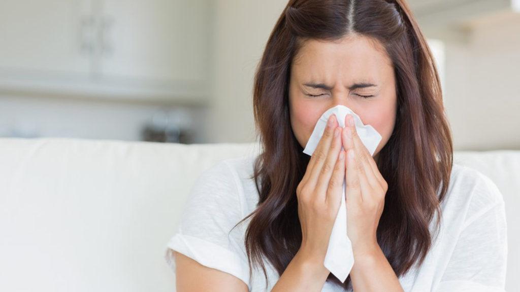 allergy-woman-avoid-season-change