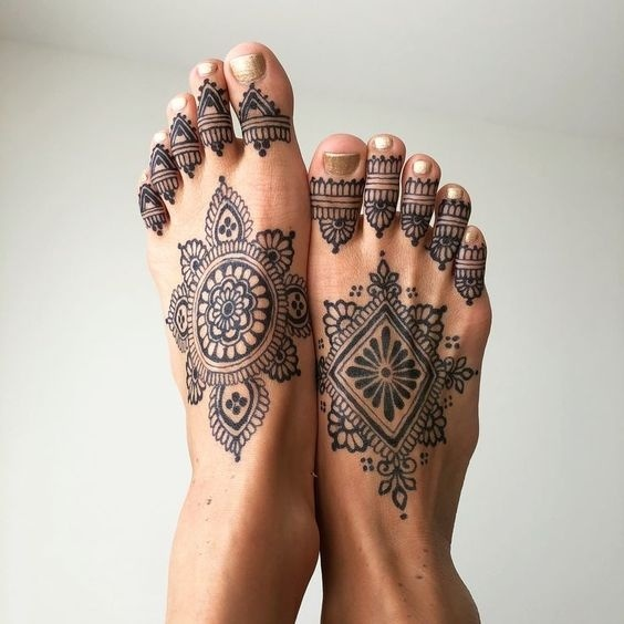 simple mandala mehndi design for style feet